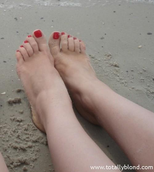 Шлюхи в чулках с накрашенными ногтями на ногах 13 фотография